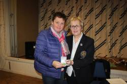 Lady Captain Eveleen presents the ILGU Silver Spoon to Andrea McAlister